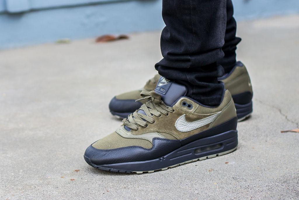 1 Stucco Dark Feet Nike Review Premium Max Air Sneaker On 92WHYEDI
